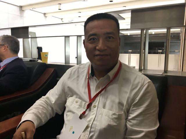 Fang Zheng, étudiant de la place Tiananmen. Grièvement blessé par un char le 4 Juin 1989, il a perdu ses deux jambes. Il vit réfugié aux Etats-Unis.