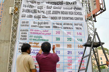 Elections générales en Inde : bannière annonçant la liste des circonscriptions du centre de dépouillement à la veille du dépouillement du scrutin à Bangalore le 22 mai 2019