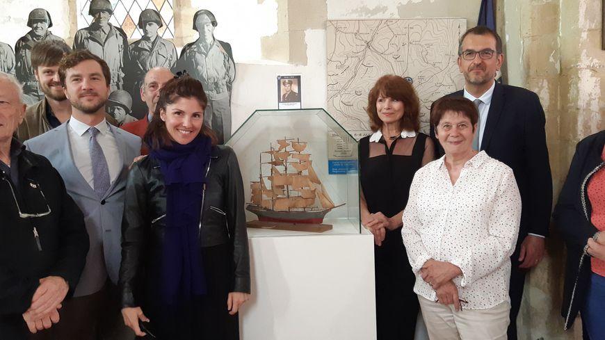 La famille Patik a restitué à la ville de Saint-Lô cette maquette de bateau trouvée dans les ruines de l'église Notre Dame en 1944