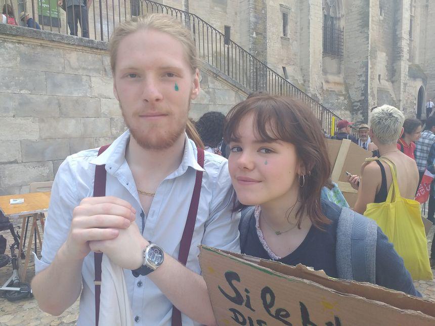 De nombreux militants avaient des larmes vertes dessinées sur les joues.