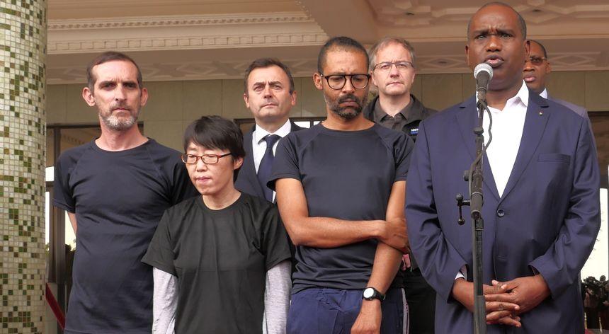 Les troix ex-otages, deux Français et une Sud-Coréenne, ici à gauche, accompagné du ministre des Affaires étrangères du Burkina Faso