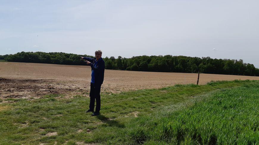 La société Eurowatt a approché le conseil municipal de Collandres-Quincarnon. Laurent Lavril, conseiller municipal, ne veut pas d'éoliennes sur le terrain qui pourrait accueillir les mâts.