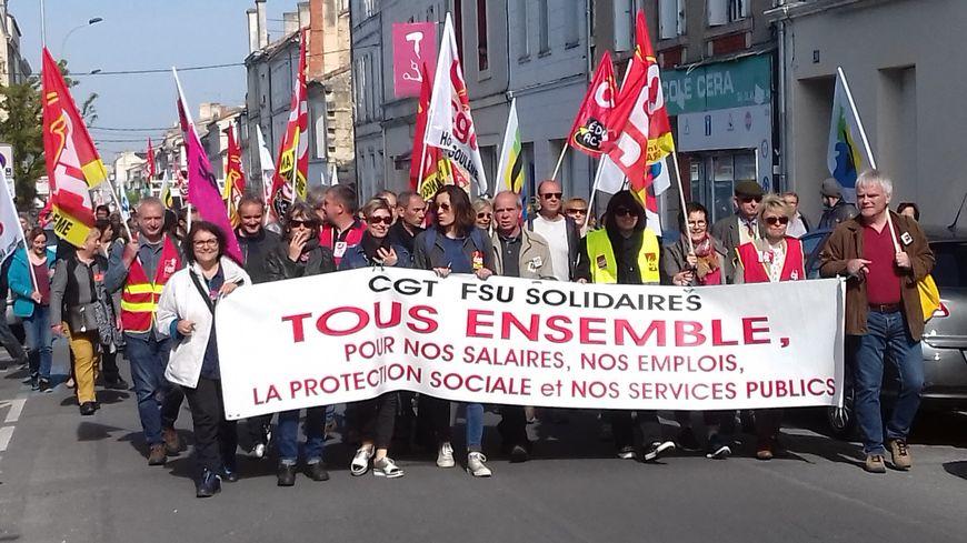 Derrière la banderole principale les syndicats au premier plan, et les gilets jaunes en fin de cortège