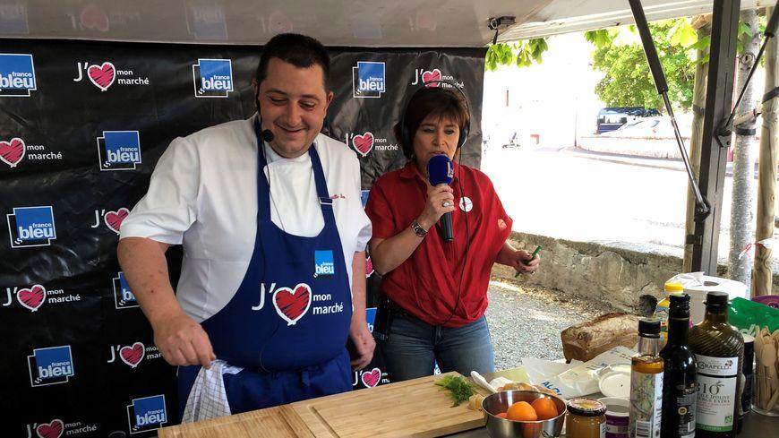 Cyrille Zen et Lucie Agostinho dans la cuisine France Bleu installée au marché de Champeix