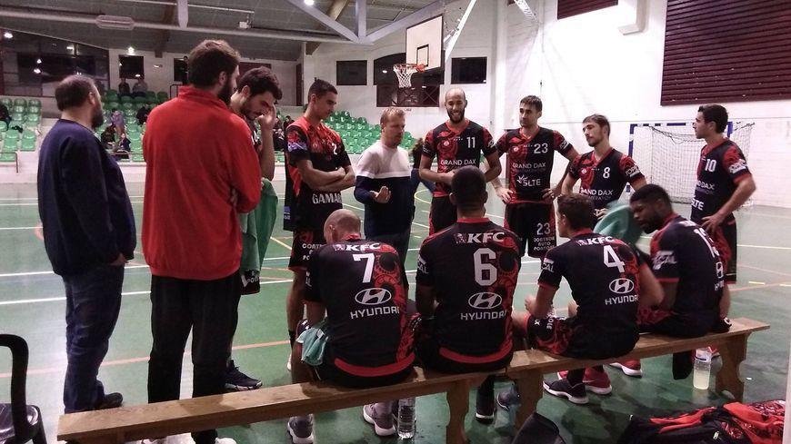 Les joueurs de Dax Gamarde autour de leur entraîneur Denis Mettay