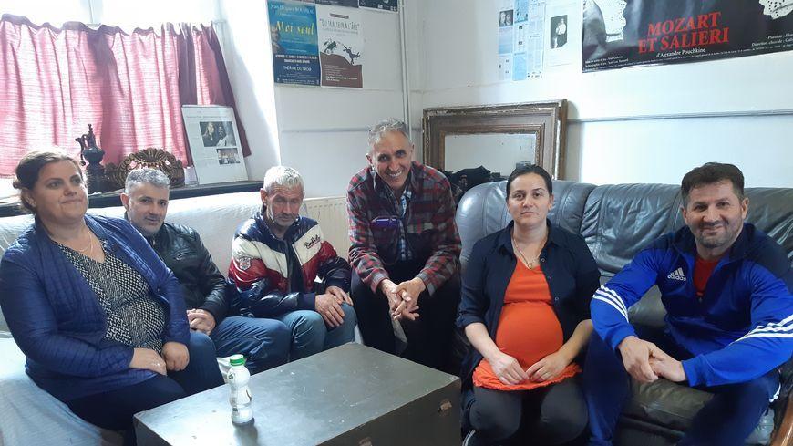 Jean-Luc Bansard entouré par les familles macédoniennes le 6 mai 2019