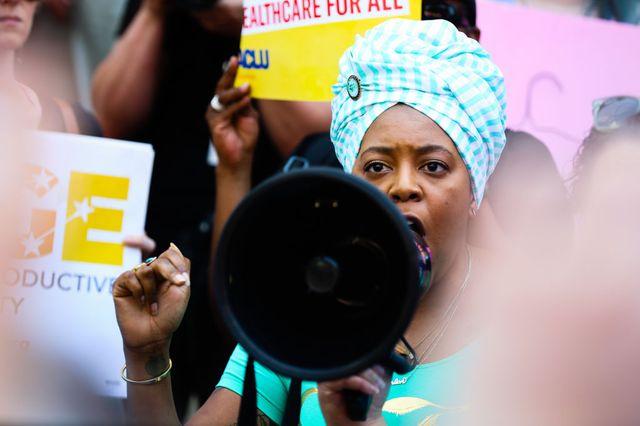 Plusieurs centaines de personnes à Atlanta (Géorgie), pour protester contre la nouvelle loi qui interdit tout avortement dès que le battement de coeur du foetus est détectable et qui punit les médecins de prison à vie.