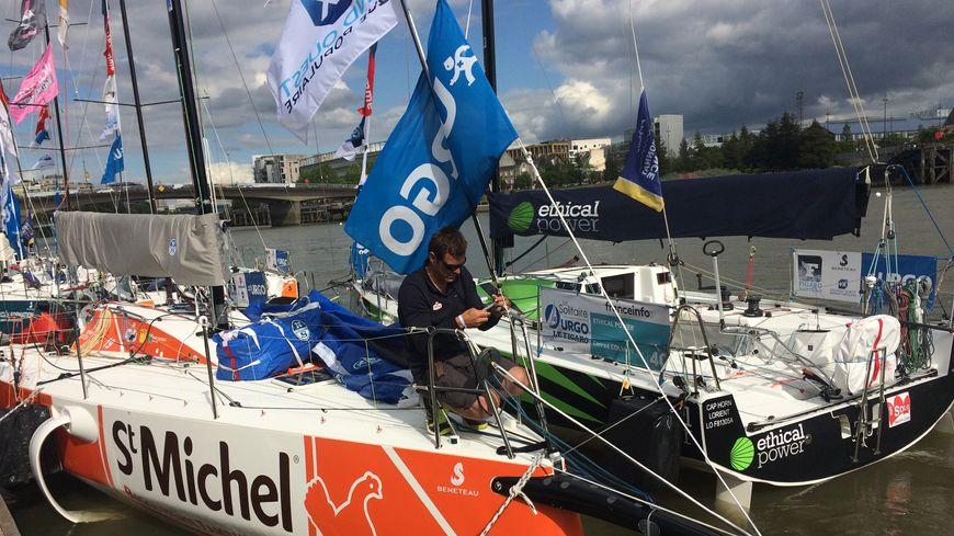Les préparateurs chouchoutent les bateaux et les skippers avant le départ et pendant la course.