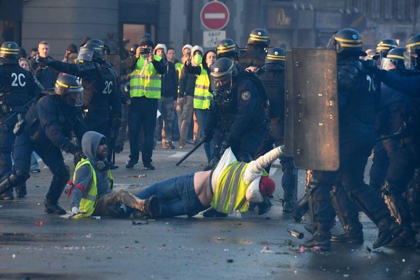 174 enquêtes ont été ouvertes pour faire la lumière sur les violences policières lors d'affrontements avec les gilets jaunes.