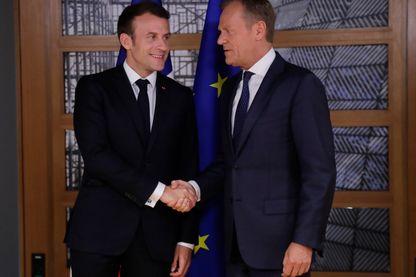 Emmanuel Macron à son arrivée au sommet de Bruxelles accueilli par le président du Conseil européen Donald Tusk