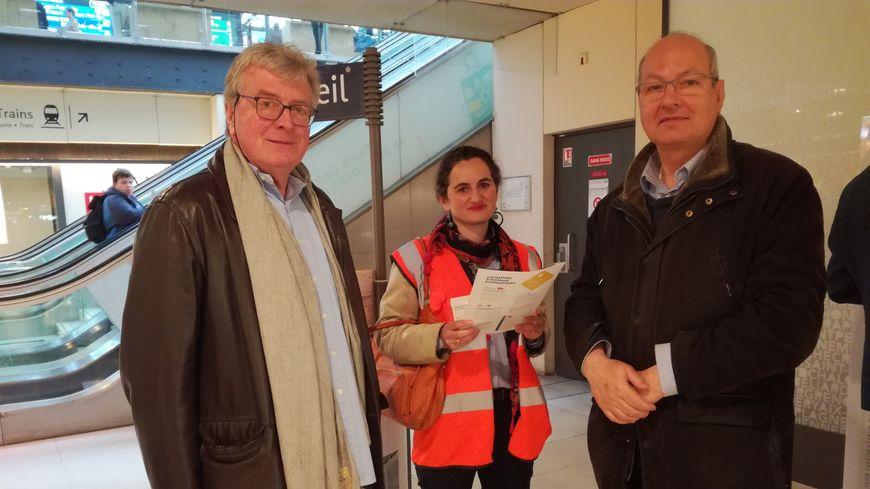 Anne-Sophie Duterne en charge du projet de la rue de Bercy pour la SNCF, en compagnie de deux commerçants Michel et Daniel, venus se renseigner sur les futurs aménagements.