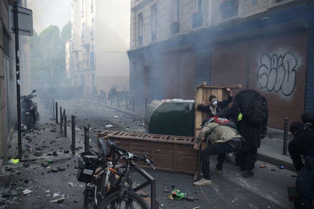 Dans les rues étroites du quartier parisien de la place d'Italie, les manifestants ont monté des barricades de fortune pour faire face aux forces de l'ordre