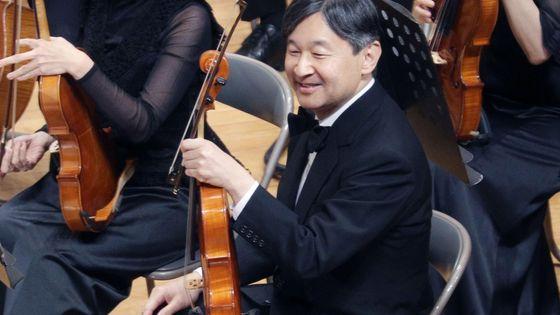 Naruhito, nouvel empereur du Japon et altiste. Ici, lors d'un concert à l'Université Gakushuin de Tokyo en 2018