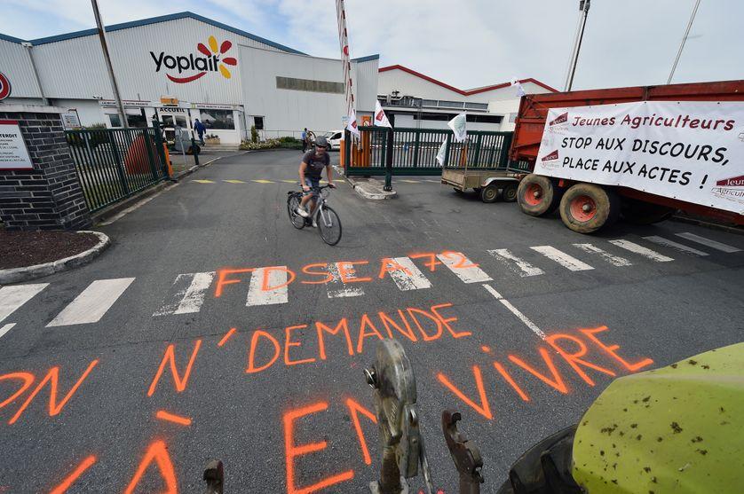 Des agriculteurs bloquent l'entrée de Yoplait/Sodiaal au Mans, le 13 juin 2017.