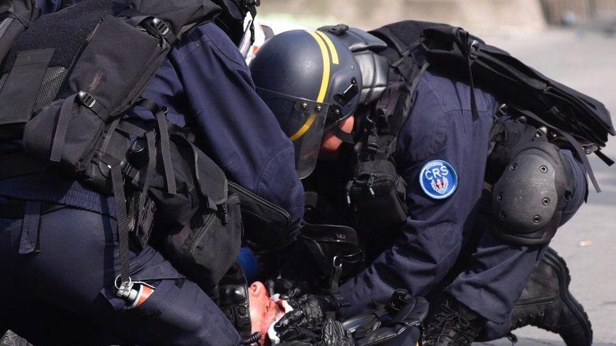 Le policier a pris un pavé au visage