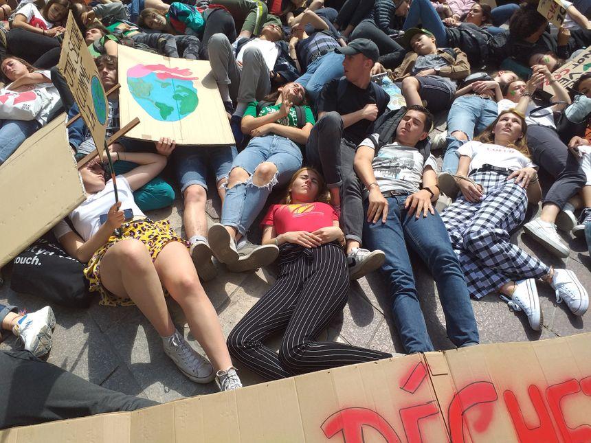Un die-in a été organisé devant l'hôtel de ville. Cette forme de manifestation consiste à simuler la mort.