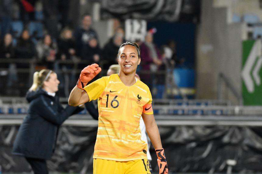 Sarah Bouhaddi célèbre la victoire après le match contre le Danemark (4-0).