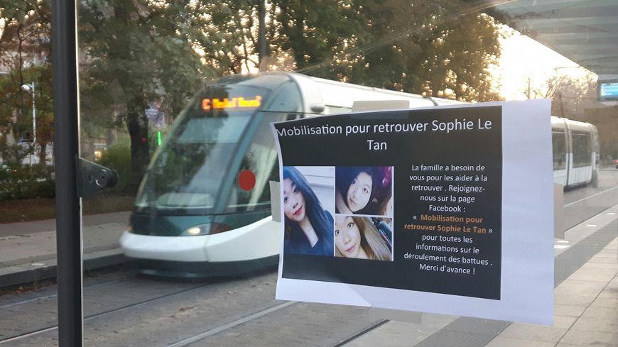 Strasbourg : appel à la mobilisation pour retrouver Sophie Le Tan, la jeune femme disparue depuis le 7 septembre. Affiche sur un arrêt de tramway. 28 septembre 2018.