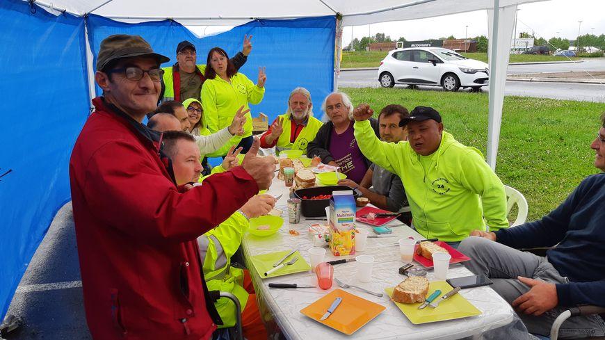 """Les gilets jaunes du rond point de Creysse à Bergerac """" ne lachent rien"""", après six mois de mobilisation."""