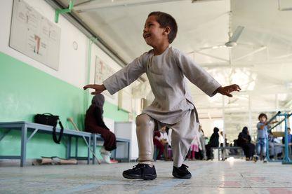 Ahmad Sayed Rahman, le petit Afghan de 5 ans amputé d'une jambe et qui ne cesse de danser depuis qu'il a reçu sa prothèse