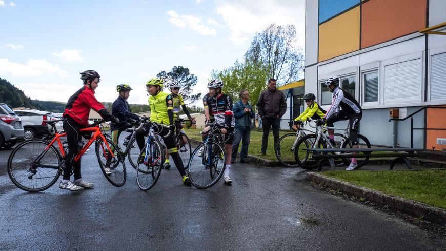 Entrainement sur route pour les élèves de la classe cyclisme au collège Duplessis-Deville à Faucogney-et-la-Mer en Haute-Saône