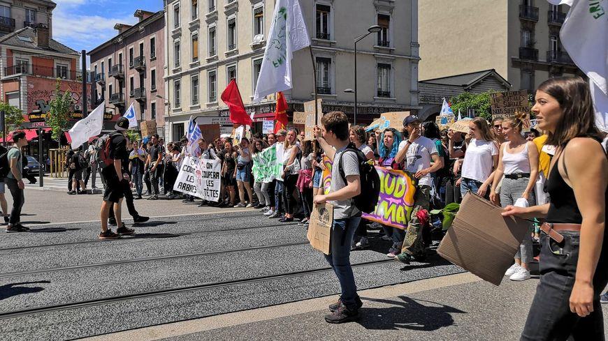 Ils étaient près de 400 à manifester à Grenoble contre le réchauffement climatique, principalement des étudiants et des lycéens