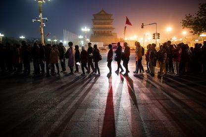 Tous les jours, le public se presse pour assister à la cérémonie du lever des couleurs sur la place Tiananmen, un haut lieu du pouvoir chinois à Pékin. Cette année marque les trente ans de la répression violente du mouvement pro-démocratique.