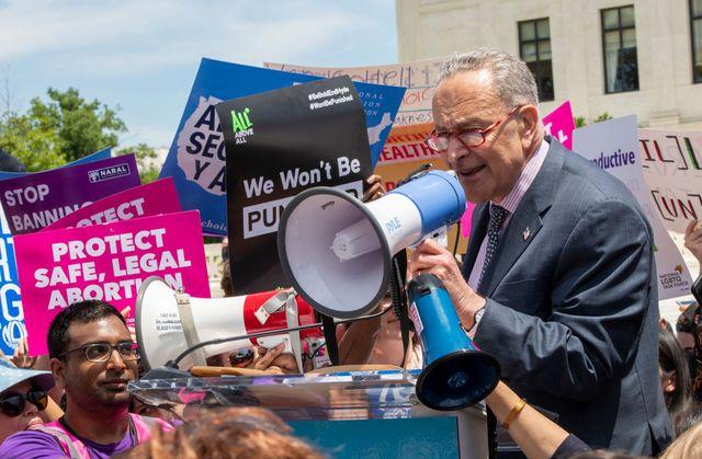 Le leader du parti démocrate au sénat à Washington Charles Schumer  parmi les manifestants