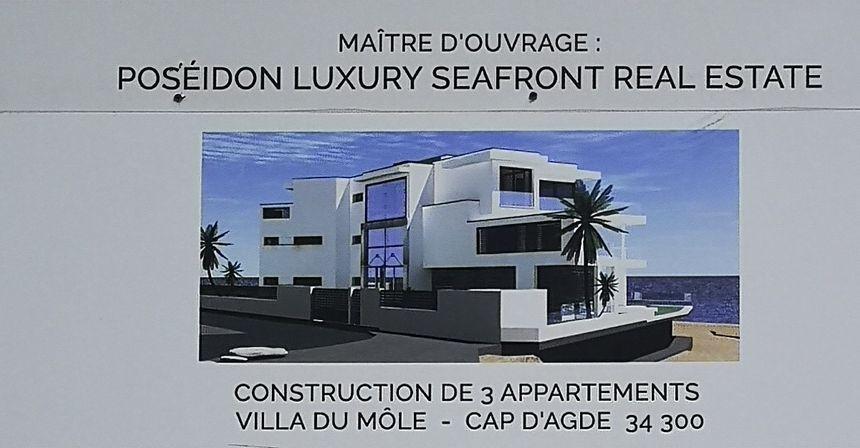 La villa occupe quasiment tout l'espace au sol (cap d'Agde) / projet fini affiché sur un panneau à l'entrée du chantier