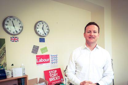 Seb Dance, candidat travailliste de Londres aux élections européennes. Il n'a eu que trois semaines pour faire campagne. Et il a décidé, contre l'avis des dirigeants de son parti, de se positionner comme un candidat anti-Brexit. Il fait campagne pour