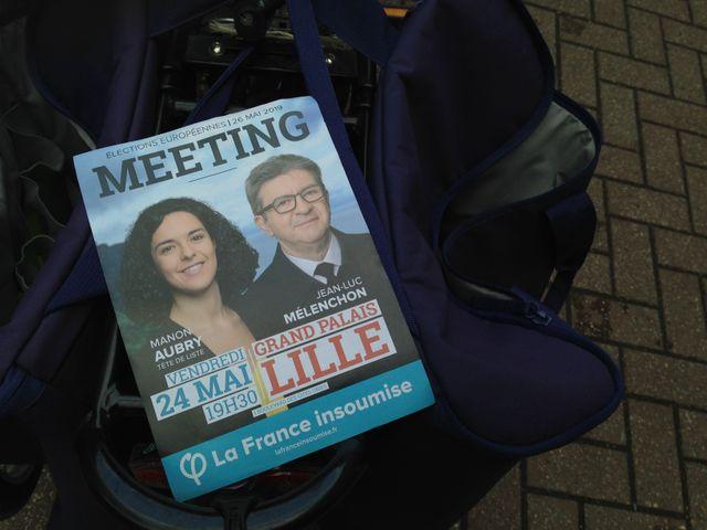 Des militants de la France Insoumise ont distribué des tracts avant le début du meeting.