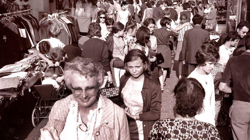 La foule rue de Bourgogne à Orléans, photographiée en 1968