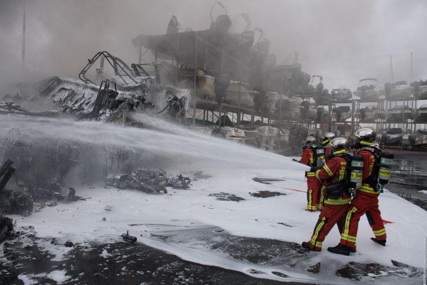 Les marins-pompiers ont multiplié les actions de protection face au risque de propagation du feu.