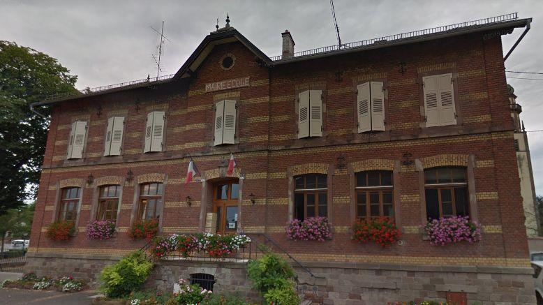 Les tags ont été découverts vendredi 3 mai, vers 6h45, sur la mairie-école d'Ebersmunster, dans le Bas-Rhin.