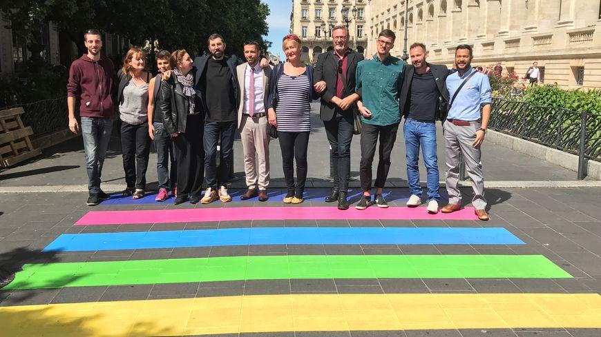 Le passage piéton arc-en-ciel dévoilé en avant-première en présence des représentants d'associations LGBT et de l'adjoint au maire.