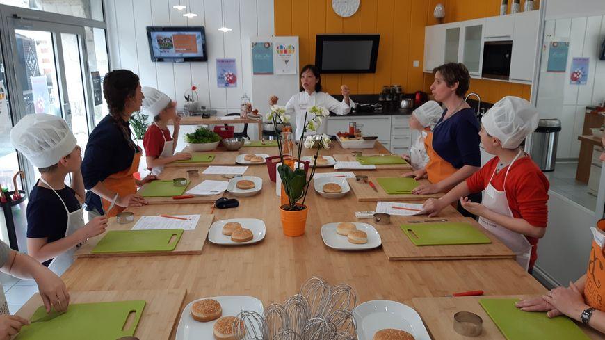 Leo, Mathéo, Kevin, Lucas et Océane savourent un cours de cuisine dispensé par une vraie professionnelle, Diane de l'Atelier à la carte.
