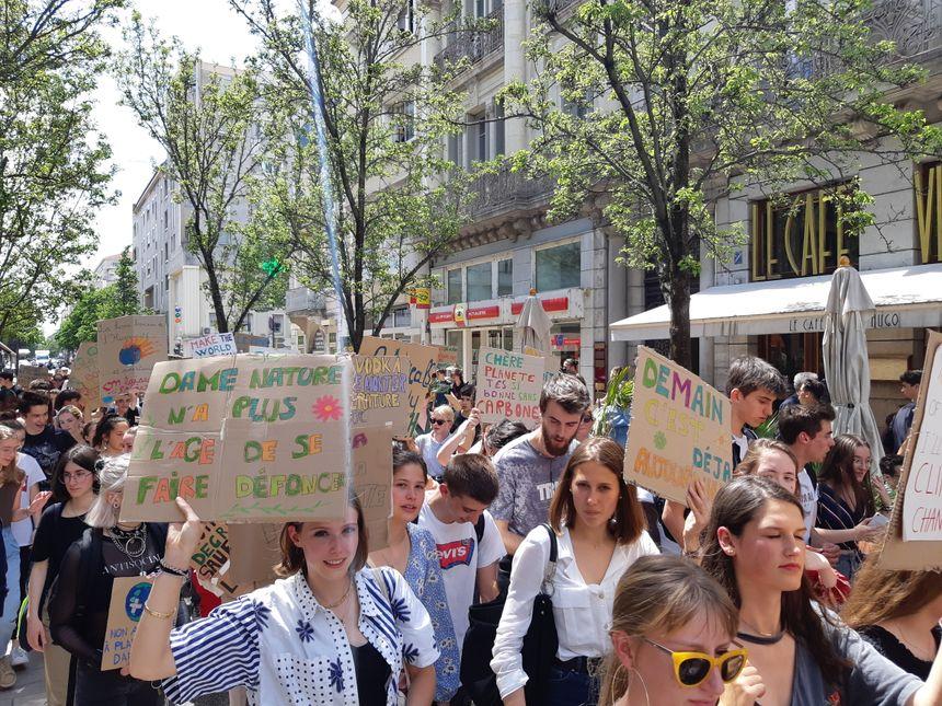 700 jeunes manifestent pour le climat à Valence (Drôme)