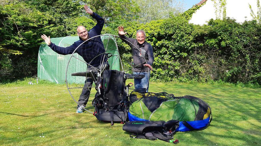 Fabien Marc et son père, âgé de 80 ans, vont tenter de traverser la Manche en paramoteur : un cadeau d'anniversaire pour le papa.