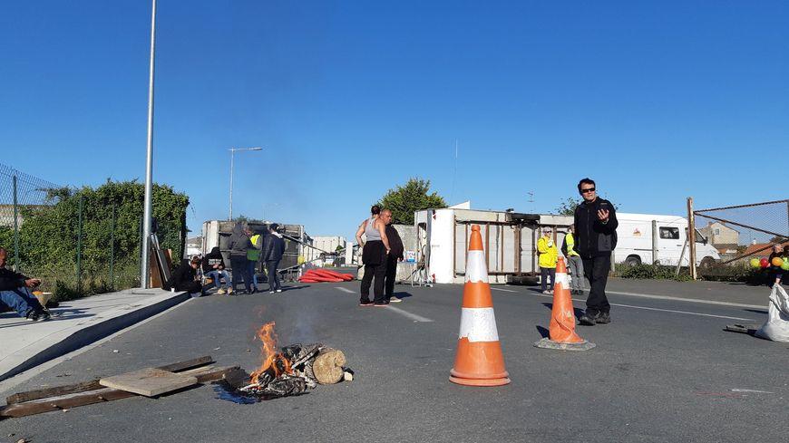 Les gilets jaunes bloquent l'accès au dépôt pétrolier de La Pallice, à La Rochelle