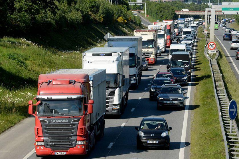 Bouchons de camions sur un autoroute française.
