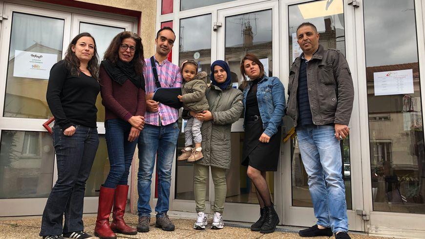 Yacine avec sa famille, son ami Sofiane et les membres du centre social La Rivière de Saint-Etienne.
