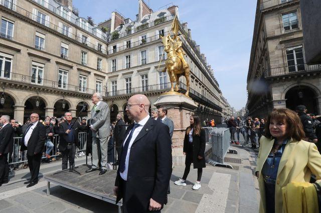Jean-Marie Le Pen a rendu son traditionnel hommage à Jeanne d'Arc, au pied de la statue de la place des Pyramides, tout près du Louvre