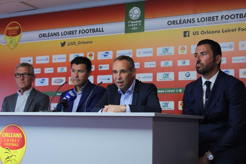 Le DTN de la fédération française de football Hubert Fournier (2è à gauche), au milieu des 2 présidents orléanais Philippe Boutron et Claude Tissier et à droite le directeur sportif Anthar Yahia