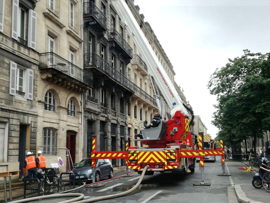 Les pompiers étaient toujours mobilisés ce lundi matin rue Ferrère à Bordeaux.