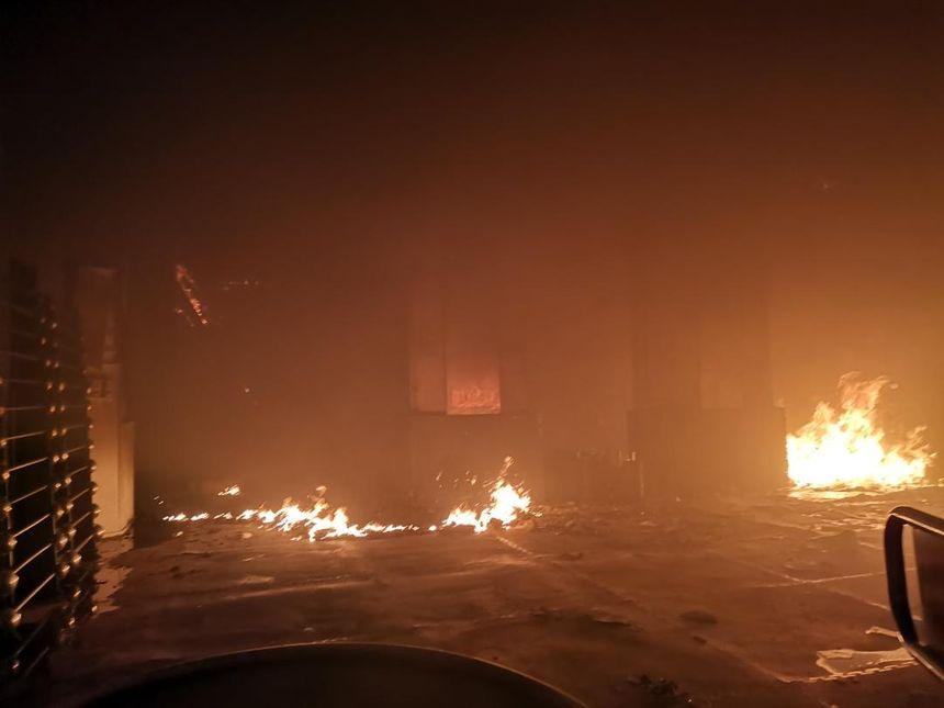 A 22 heures, des foyers résiduels subsistaient dans les immeubles.