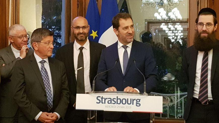 Christophe Castaner à Strasbourg, entouré des différents représentants des cultes alsaciens.