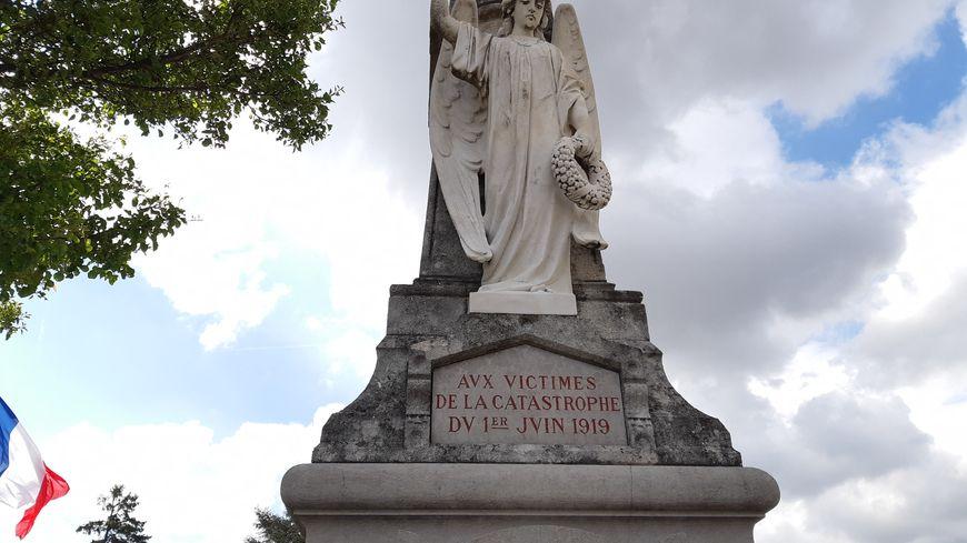 Une cérémonie a lieu ce 1er juin 2019, devant le monument commémorant la tragédie de la salle Sainte-Madeleine à Valence.