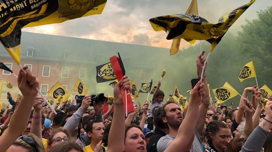 Drapeaux et fumigènes pou accueillir les vainqueurs de la coupe de France
