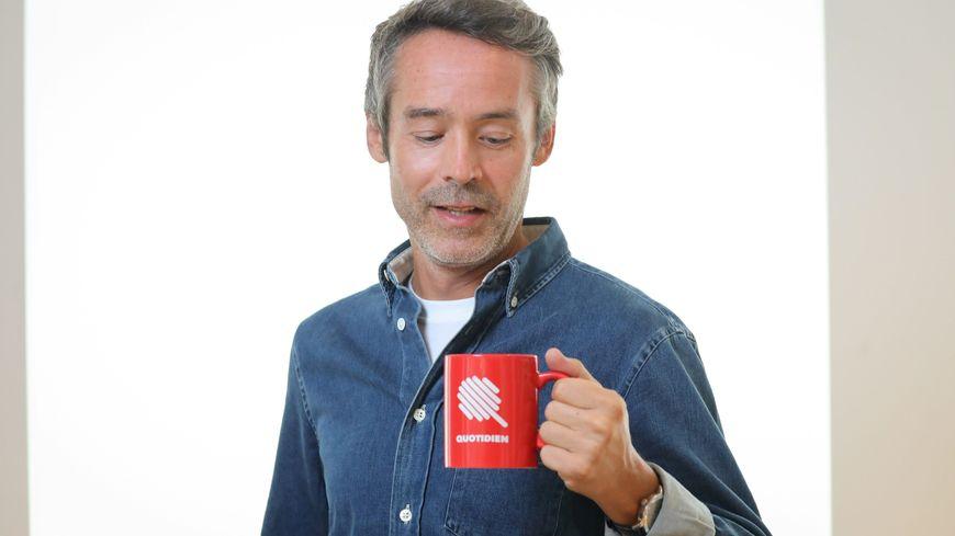 Yann Barthès chambérien et présentateur de l'émission Quotidien sur TMC.