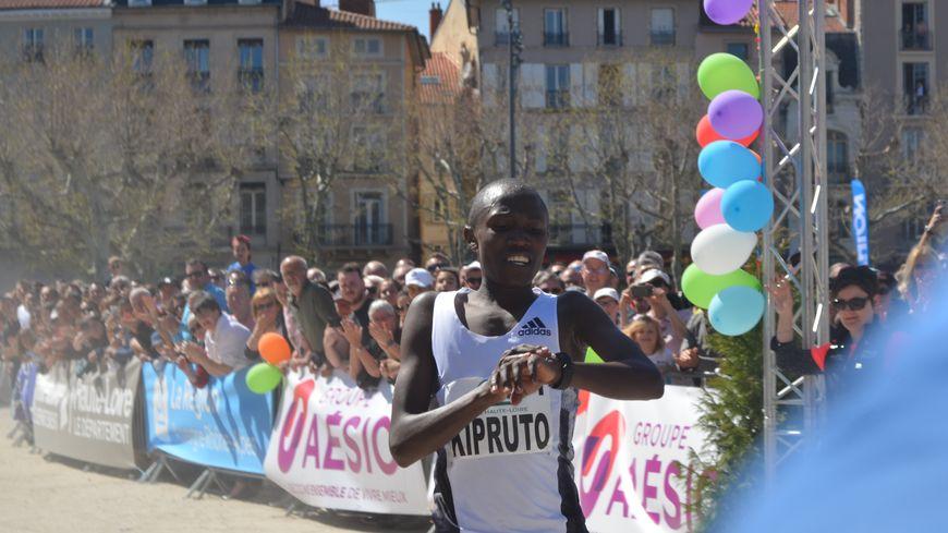 Ronex Kipruto à l'arrivée bat finalement le record du monde junior du 15 km